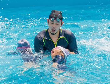 元オリンピック選手が小学校で水泳を指導しました!