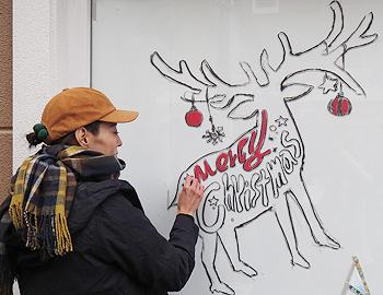 チョークアートでクリスマスツリーを描こう