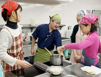 プロに学び、和菓子作りに挑戦しました