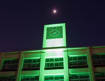 箕面学園高等学校の校舎が「大阪モデル」にあわせてライトアップ中