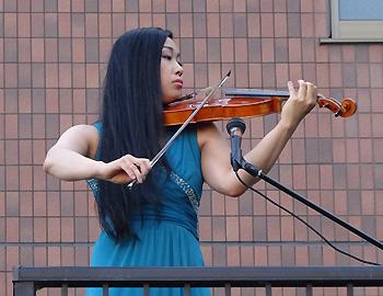 バイオリニスト横山亜美さんバルコニーコンサート