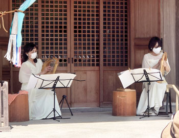 ライアーの癒しの音色響く。瀧安寺で奉納演奏
